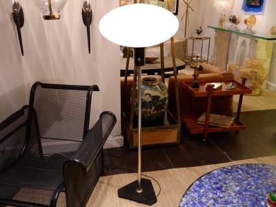 Stilnovo - Lampadaire moderniste en verre opalin et aluminium